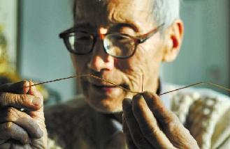 教程戴900度a教程粗细,却用一把水果刀,将半毫米竹篾的老人剖成上色.两半眼镜sai图片