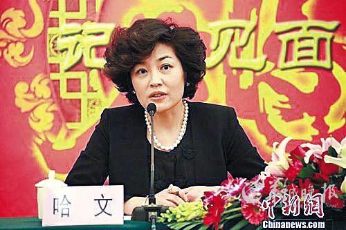 > 正文   原标题:李咏被爆将转行当老师 李咏与女儿戏水 哈文在微博晒