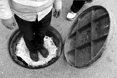 长沙市芙蓉区市政公司开始着手安装留泥井,泄水井盖防坠网,探索地下
