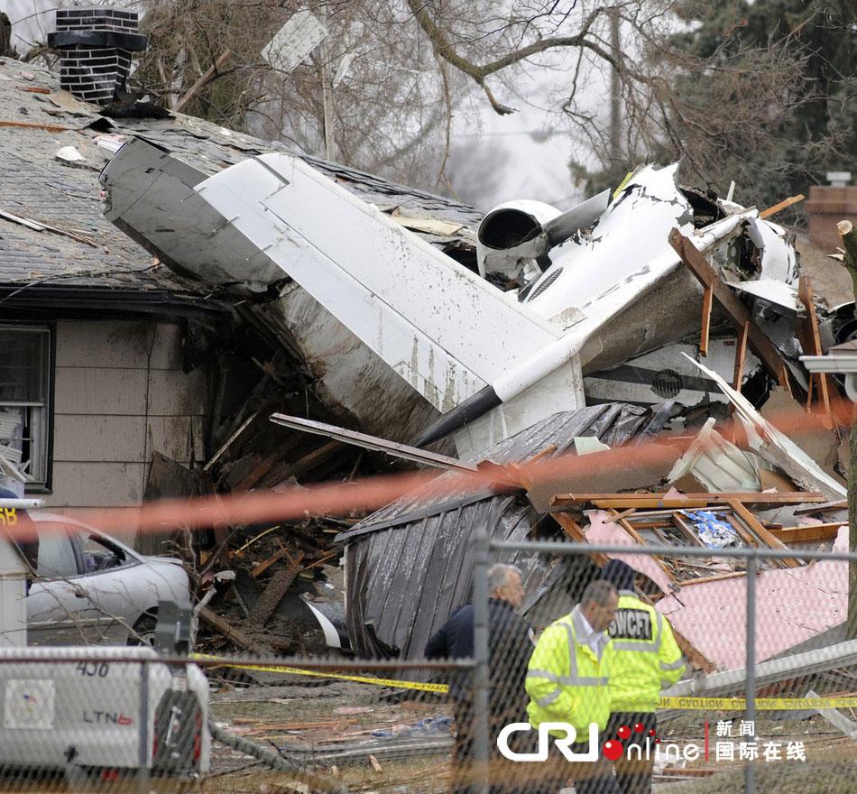 美国小型飞机坠毁撞上民宅致2死3伤(高清图)