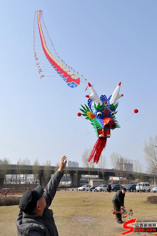 近200米长的龙头蜈蚣风筝放飞