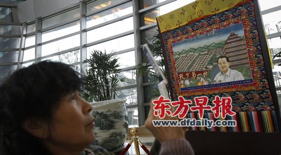 游客在华西村328米高龙希国际大酒店里拍照留念。早报记者 高征 图