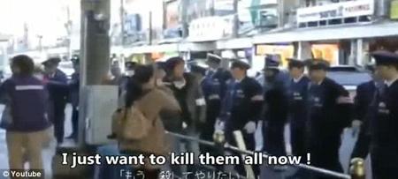 日本女子街头高喊反朝言论(网页截图)