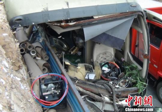 四川成乐高速客车追尾货车 致2死10多人伤
