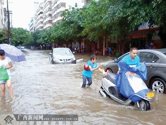 洪水冲垮博白县双凤镇一间民房