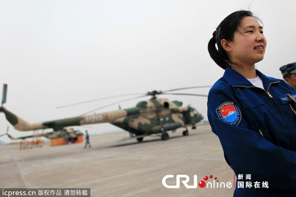 首位直升机女飞行员三进三出雅安震中(高清组