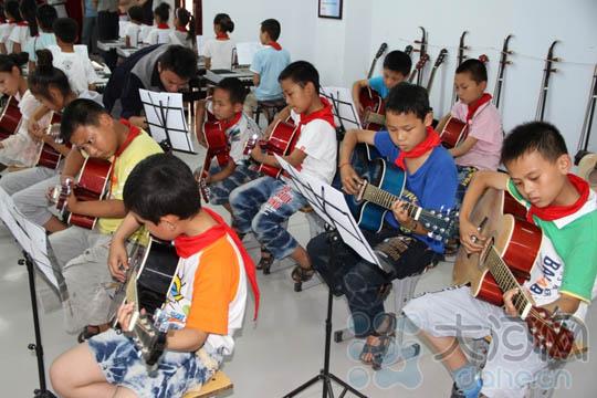 老师辅导学生弹吉他