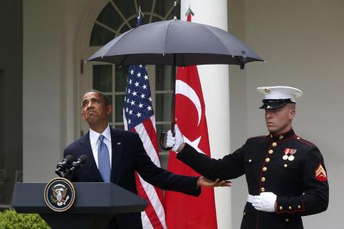 奥巴马还时不时探出脑袋,看看是否还在下雨。