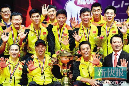 ■在领奖台上,中国队队员和教练员亮出五个手指。新华社发