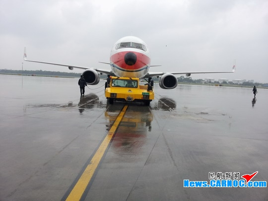 图1:飞机推出 民航资源网2013年5月27日消息:26日下午,青岛机场再次迎来强降雨,部分航班流控,延迟出港。由于出港航班流控,导致多个进港航班桥位临时更改。中国东方航空股份有限公司(China Eastern Airlines Corporation Limited,简称东航)山东维修部当班班组全员机坪待命,大雨中坚守岗位。放行人员奔走于各个桥位,绕机检查,一丝不苟。勤务人员远近机位,接送飞机,有条不紊。由于航班多,又加上一架飞机雨刷突发故障,造成人员紧张,大部分组员错过了晚饭时间,但他们并没有怨