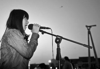 大一女生广场女生唱歌练胆儿公锁文化图片