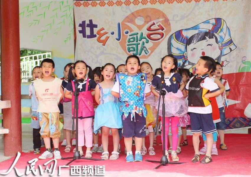 参与艺术节唱歌表演的小朋友