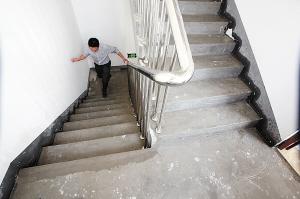 水管爆裂逼停高层电梯