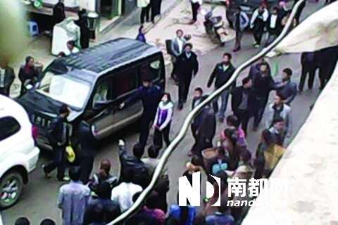 """二十八岁未成年壁纸-街示众"""".网络图片-贵州13岁女孩水泼乡领导被铐走"""