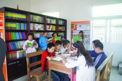 学生们正在安徽瑞沅爱心图书室里认真阅读