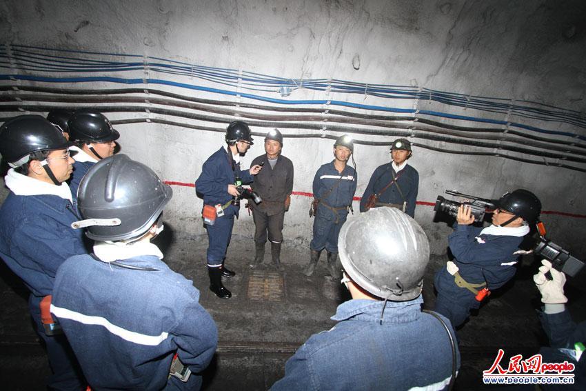者井下采访大湾煤矿矿工.当记者询问矿工对安全生产有何愿望的