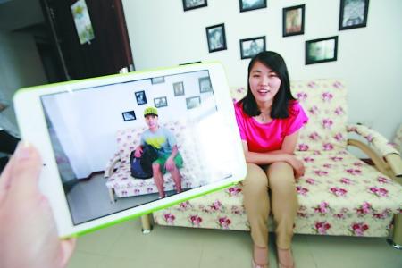 电脑里的照片是代先桃接待的第一位来自内蒙古的沙发客 记者 张路桥 实习生 程雯丽 摄