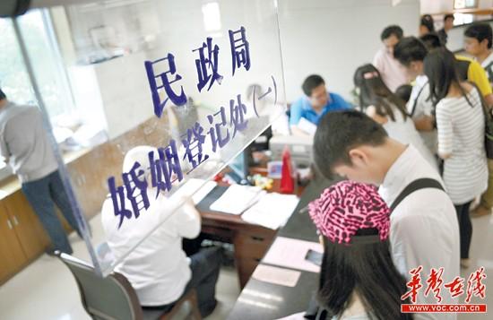 5月20日,整个长沙当天有近1400对新人登记。实习记者 李健 摄
