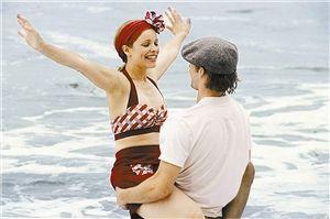 海滩上男女主角瑞恩·高斯林和瑞秋·麦克亚当斯追逐嬉戏的场景太养眼图片