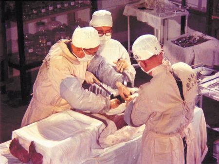图为1972年千年女尸解剖现场.市图书馆供图