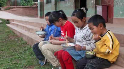 山区孩子们吃上了营养餐.