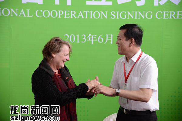 深圳市副市长唐杰与荷兰埃因霍温市副市长签约后握手。