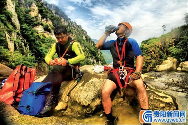 [新闻目击]贵州队员探险滴水潭瀑布群(组图)