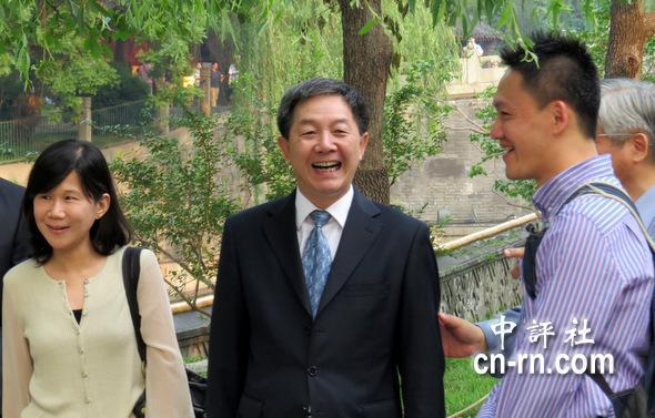 叶克冬(中)看到台湾的媒体朋友,非常高兴。(中评社 倪鸿祥摄)
