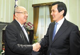 """马英九(右)10日在接见中国国民党荣誉主席吴伯雄(左)大陆访问团。 图片来源:台湾""""中央社"""""""