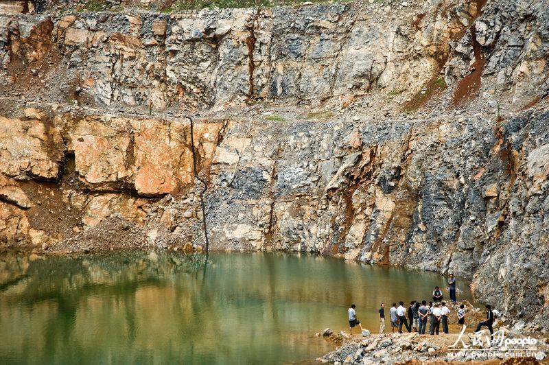高清组图:安徽一女孩不慎落水 同行女生援救致