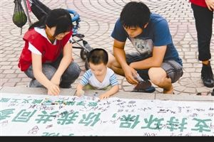 小朋友積極參與簕杜鵑義工隊開展的環保簽名活動。