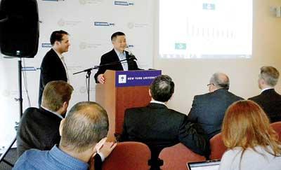 主计长刘醇逸和副主计长霍夫纳(Ari Hoffnung)介绍纽约账本的使用。