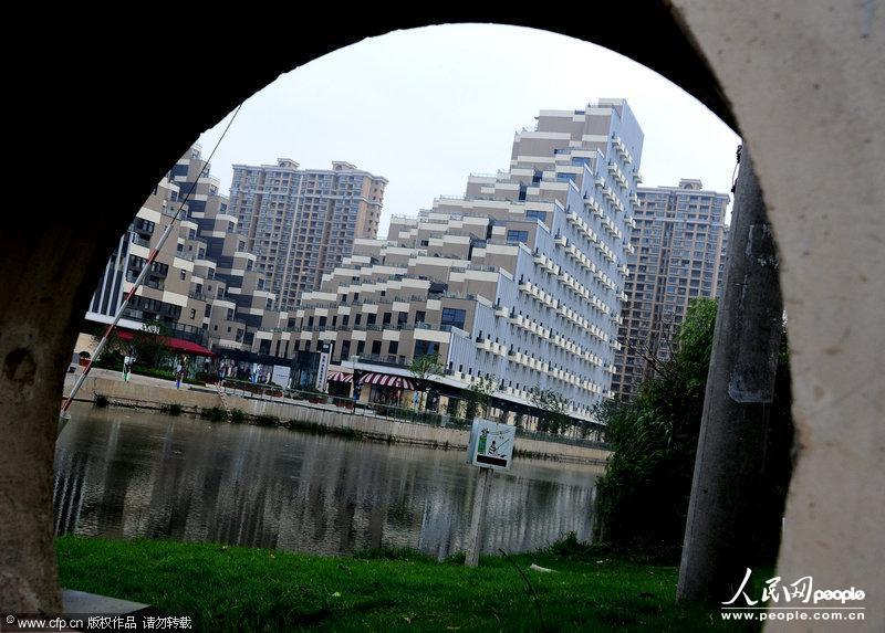 2013年06月21日,江苏昆山,外形像金字塔状的游站项目楼盘。 最近,位于江苏省昆山市花桥国际商务城绿地大道,一座名为游站的楼盘,因外形酷似金字塔设计风格而引发当地不少居民吐槽。据称这也是毗邻上海的该项目为融入上海这座现代国际大都市,而精心打造的首座可以跑酷的金字塔风格建筑。体现了创新的理念,成功将时尚创意市集和SOHO办公、LOFT居住、创意会展中心、时尚T台融合在一起,被称为建筑里的城市。 图片由CFP供本网专稿,任何网站、报刊、电视台未经CFP许可,不得部分或全部转载,违者必究!
