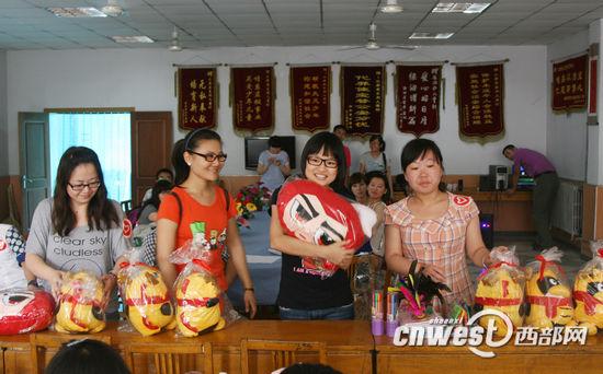 陕西广播电视台青年志愿者向孩子们赠送礼物