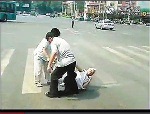 白发老太当街被殴打 围观路人无一伸援手