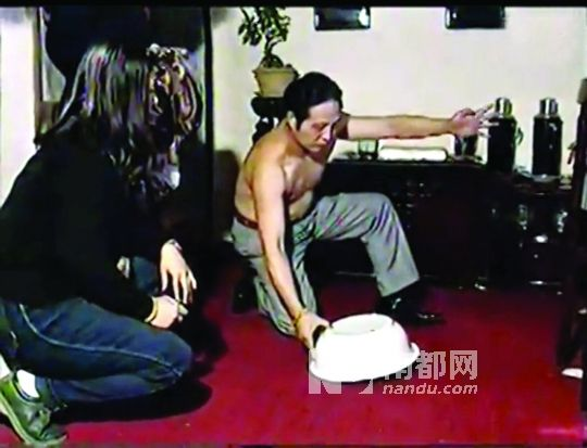 """在多个""""空盆来蛇""""表演中,王林都称盆里有33条蛇,但几乎每次都只拿出两条。 视频截图"""