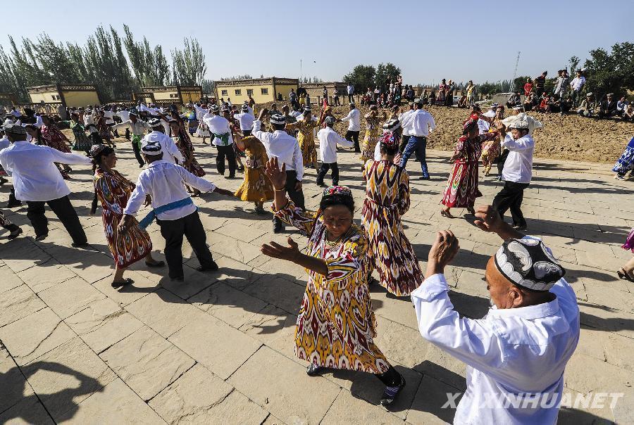 新疆麦盖提县央塔克乡维吾尔族农民表演刀郎