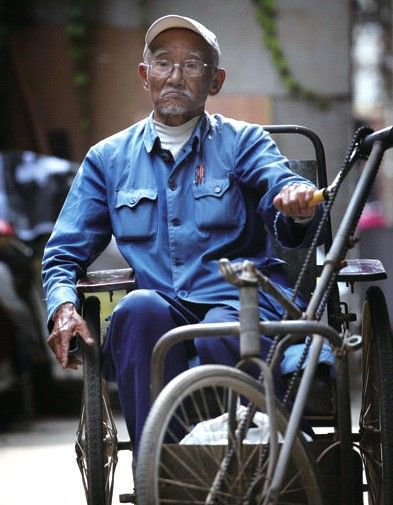 虽然坐在轮椅上,也要挺起腰杆。