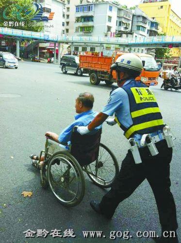 昨日贵阳观水路口温馨一幕 交警推轮椅送老人过马路 金黔在线讯 昨天上午,贵阳观水路口上演温馨一幕:一位年约八旬,腿脚有病的老人为过马路,吃力地推着自己的轮椅欲横穿,情形非常危险。巡逻经过的贵阳交警二大队一中队民警看到后,立即停车,让老人坐上轮椅,将老人推过路口并护送到目的地。
