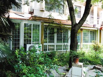 别墅一楼阳光房建在二楼窗下