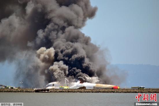 一架韩亚航空公司的波音777型客机当地时间7月6日11点半在美国旧金山国际机场着陆时失事,机尾折断,引发大火。图为飞机失事引发大火。