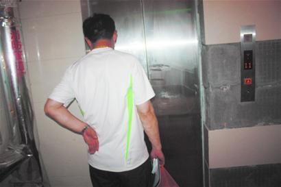 发现是电梯的感应光幕出现了故障
