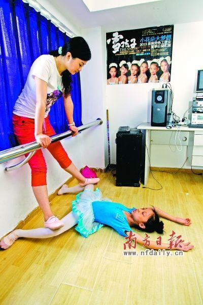 儿童痛苦压腿图片