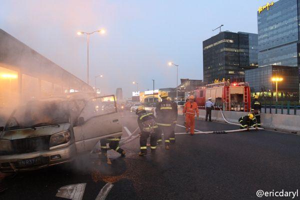 内环高架面包车行驶途中自燃 无伤亡