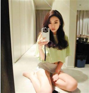 郭美美齐臀美女玩短裙自拍电玩展图片