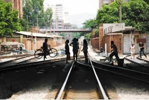 开远火车站附近的居民每天都会跨过这条铁路