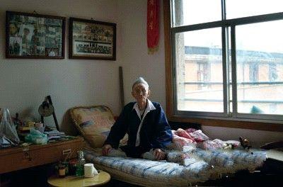 102岁的老兵虽然卧病在床,但依然不失气度。