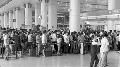 """一位在国内常乘飞机的张先生说,旅客""""闹事""""多数不是为了钱,而是因得不"""