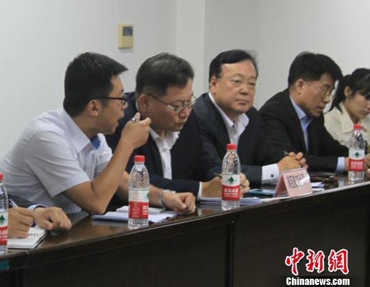 谈判时,韩亚总公司国际处总经理金世永在听取翻译讲解。 邵思翊 摄
