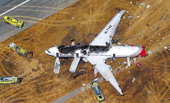 飞机在美国旧金山坠毁现场 新华社发